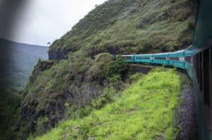 Trem da Vale cortando montanhas - Foto: Divulgação